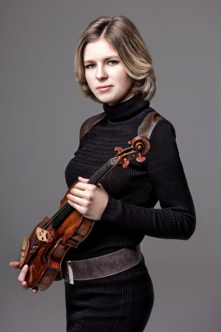 Cornelia Löscher mit Violine bei Solokonzert in Korea
